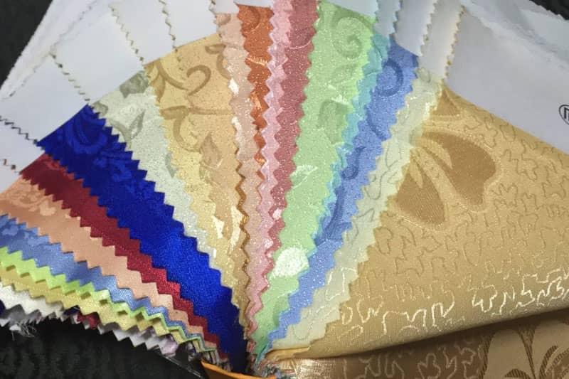 ソファの布生地サンプル。 色や肌触り、デザインを色々と選べます。