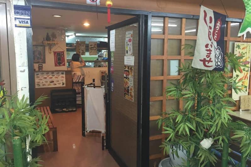 店の入り口。