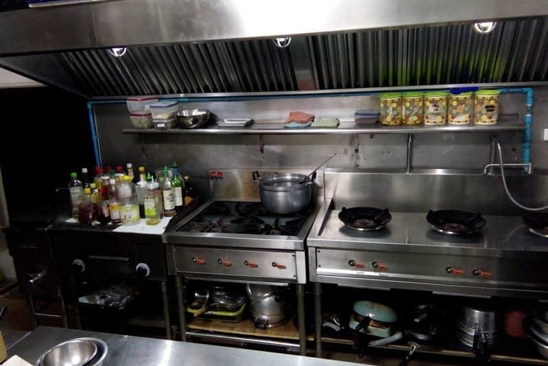 厨房様子。大型冷蔵庫やオーブンなどもそのまま譲渡可能。