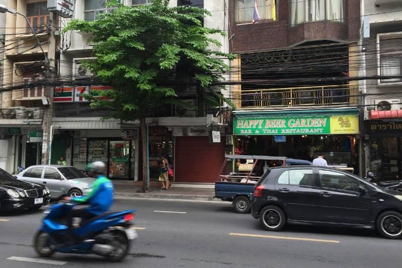 人通りの多いスリウオン通りのタニヤ通り・ラマ4通りからも近いロケーション。