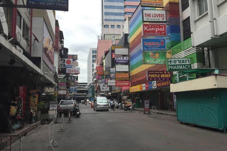昼のタニヤ通りはまた、違った顔をみせます。
