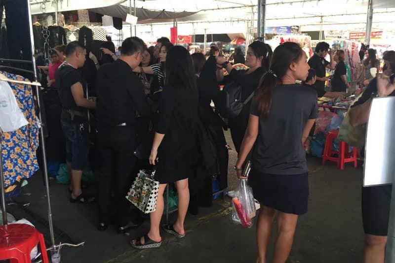 プミポン国王死去後は、すべての店が黒い服を販売しています。