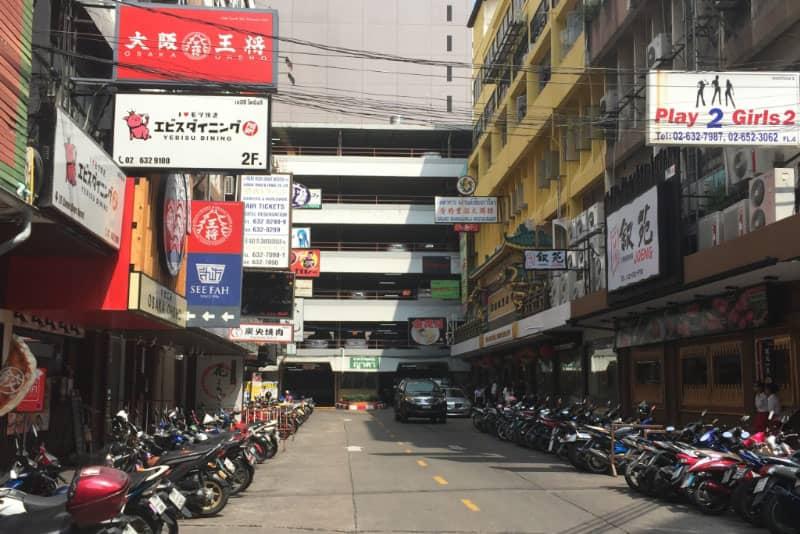 この路地の一番奥です。