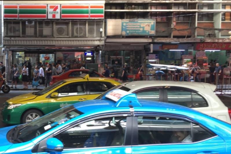 14日・午前中のバンコク・シーロム通りの様子