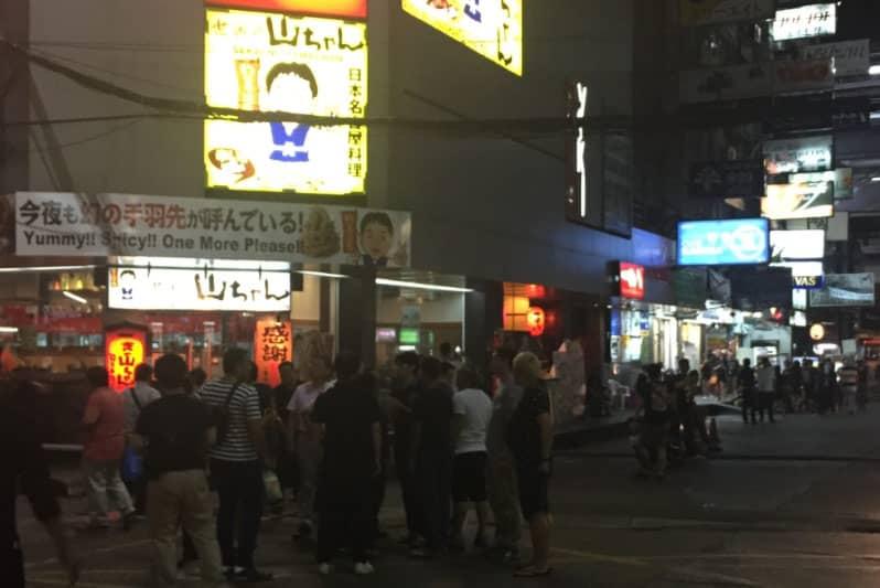 10月14日20:00頃のタニヤ通り・タニヤプラザ前から人気カラオケ店AGEHAなどのある方角をみた様子。