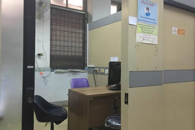 旧棟診察室の様子。この手前の待合室でひたすら待ちます。