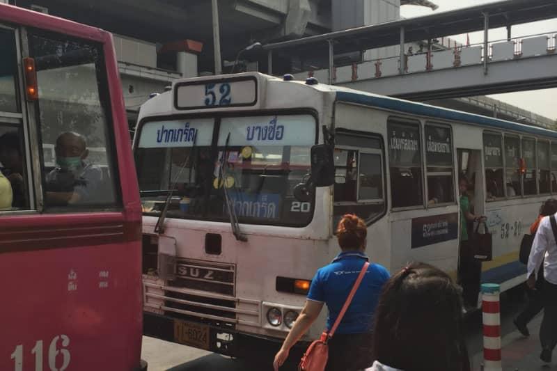 モーチット駅からトーモー方面へ向かう52番のバス