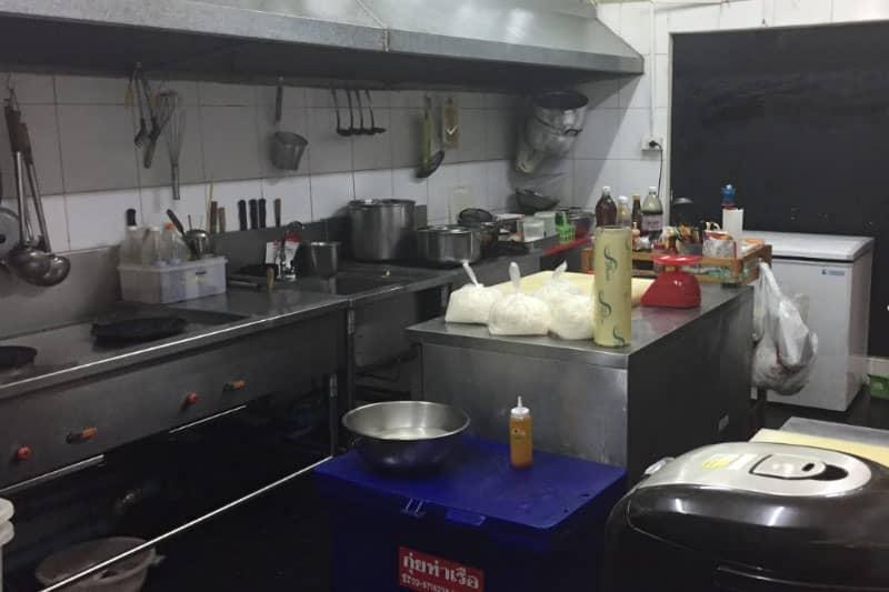 厨房。居酒屋として営業中なので、備品は一式そろっています。