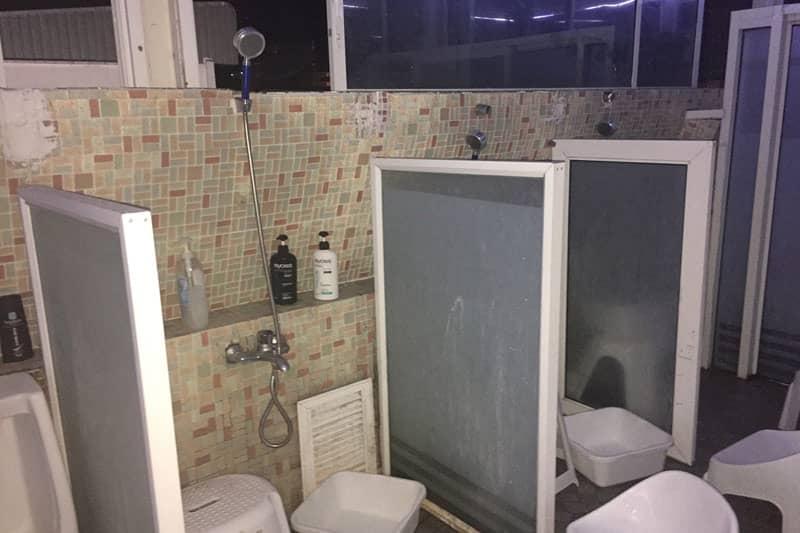 シャワーは壊れているところもあって残念。