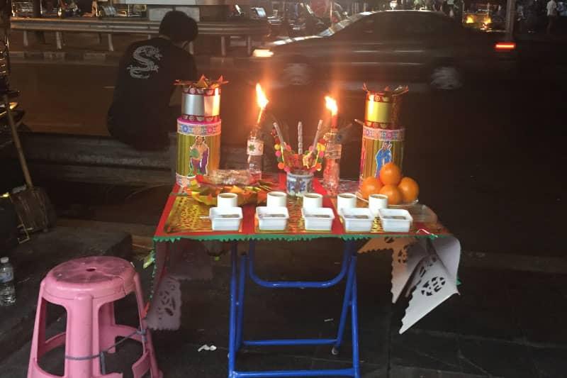 シーロム通りのパッポン付近に置かれた旧正月の祭壇