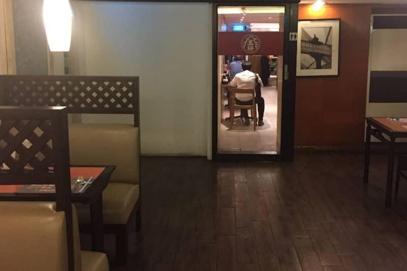 手前はタイ料理レストラン「シーファー」ですが、奥には大阪王将のロゴが!