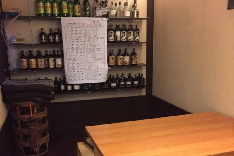 10年の固定客は少なくない。キープボトル棚。