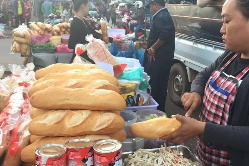 ラオス名物の惣菜を挟んだフランスパン。5000キープ~10000キープで買えます。フランスの植民地だったため、フランスパンがとてもおいしい。