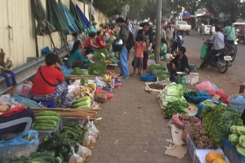タラートサオの前の路上で野菜を売る人々。