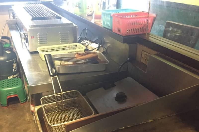 カウンターの内側。揚げ物フライヤーや焼き鳥器。