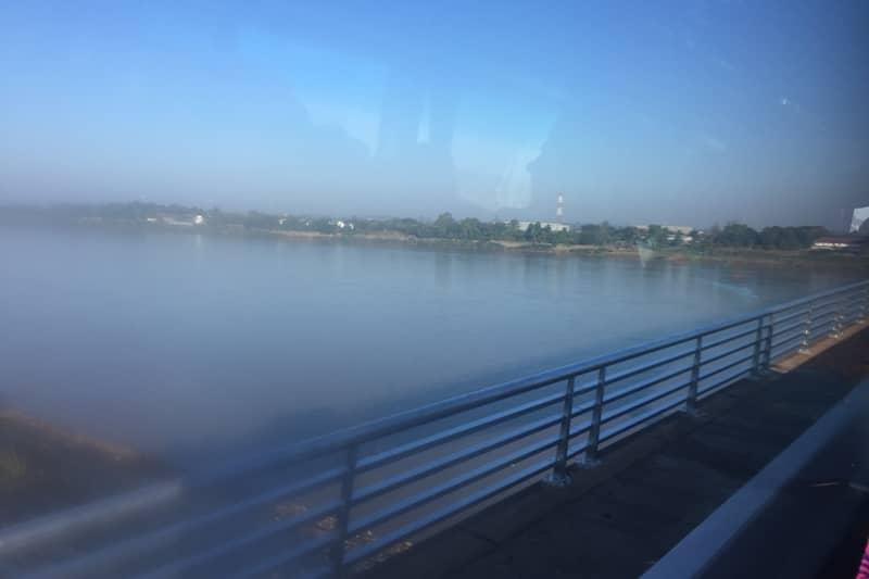 バスで越えるメコン川・国境。この橋には線路もついています。