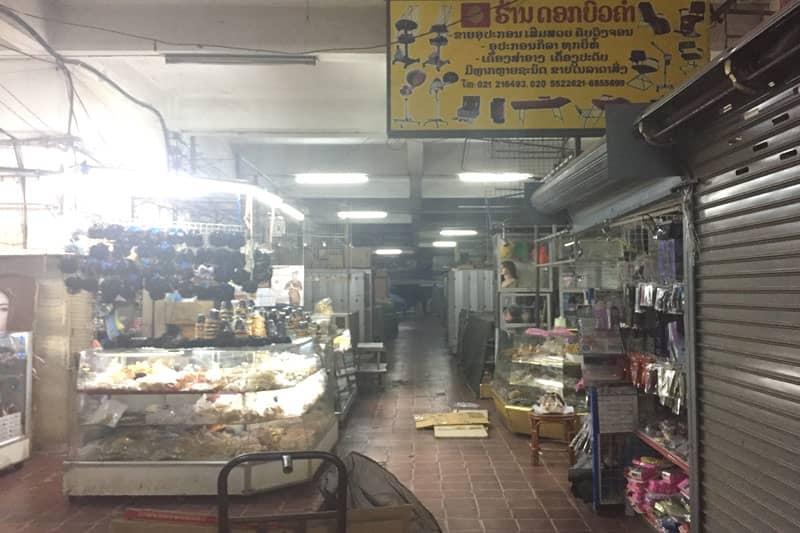1Fは迷宮のような通路に電化製品などを売る小さな店が並んでいます