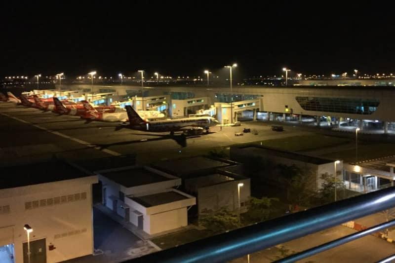 マレーシアのクアラルンプール国際空港は24時間開港していて、ベンチや床で仮眠をとる人も見かけます。