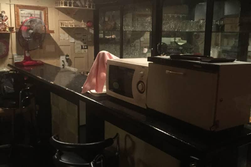 ホールフロアにも小さいカウンターと流し台があるので、こちらだけで営業することも可能。