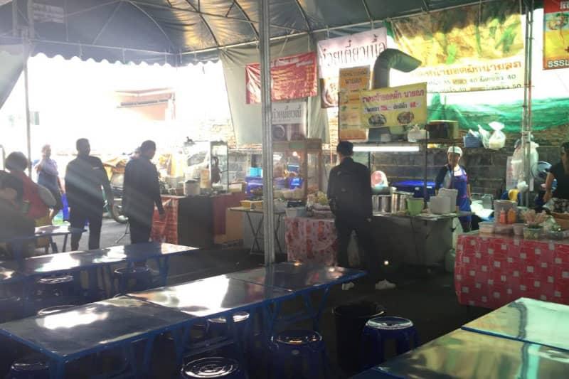 シーロムソイ6市場は小さな野外マーケット・都心観光休憩スポットに