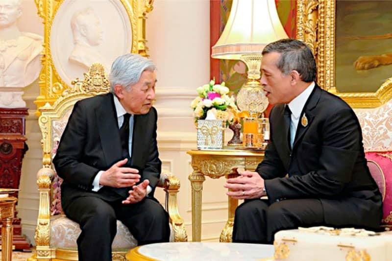 宮殿で懇談される天皇陛下とワチラロンコン国王陛下
