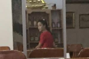 たまたま、店内の鏡に映りこんでいた北朝鮮ウェイトレスの姿。決して隠し撮りをしたわけではありません。偶然です。