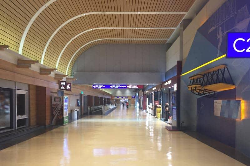 台湾・桃園国際空港の様子。きれいな空港です。特に出国ゲートを通った後の方が売店が多いです。