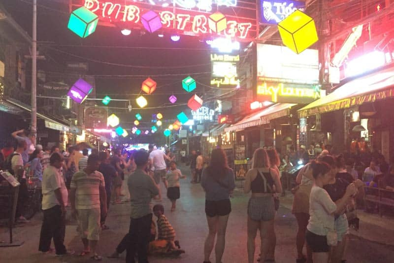 シェムリアップの繁華街。飲み屋が並んでいて欧米系観光客がたくさんいてかなり賑やか。