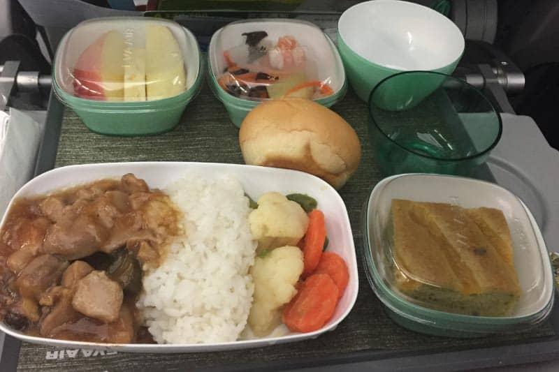 エバー航空機内食。関西国際空港からバンコク行の場合、台北までで昼食、乗り換え後のバンコク行きでは夕食と、2回食事が出ます。