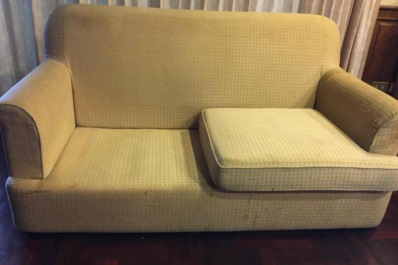 修理前のソファ。