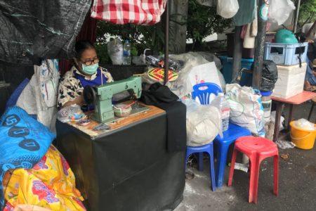 バンコク・シーロムの路上裁縫ミシン店で裾上げボタン付けサイズ直し